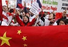 <p>Alcuni studenti cinesi manifestano a Parigi per dimostrare supporto alla Cina. REUTERS/Benoit Tessier (FRANCE)</p>