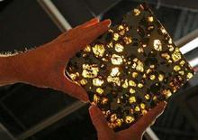 <p>Una piccola sezione di un meteorite in vendita alla casa d'aste Bonham a New York, il 30 aprile 2008. REUTERS/Mike Segar</p>