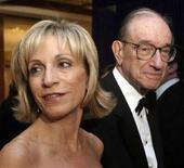 <p>L'ex presidente della Fed, Alan Greenspan, e la moglie Andrea Mitchell, corrispondente della NBC ad una cena a Washington in una foto del 2005. REUTERS/Hans Ericsson</p>