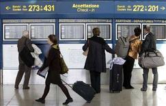 <p>Passeggeri all'aeroporto di Fiumicino, Roma, il 30 marzo 2008. REUTERS/Max Rossi</p>