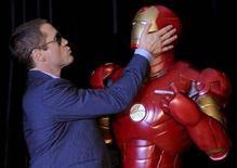 """<p>L'attore Robert Downey Jr con il manichino di """"Iron Man"""". REUTERS/Patrick Riviere (AUSTRALIA)</p>"""