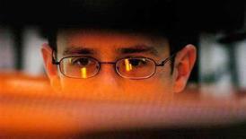 <p>Un uomo al computer in una foto d'archivio. REUTERS/Chris Pizzello</p>