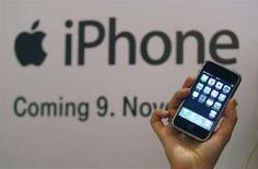 <p>Immagine d'archivio di un iPhone della Apple. REUTERS/Ina Fassbender (GERMANY)</p>