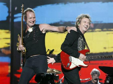 5月6日、再結成していた英ロックバンド「ポリス」のメンバーは、ことし夏のニューヨーク公演を最後に再びソロ活動に戻ることになった。写真は2月、スティング(左)とアンディ・サマーズ。東京で撮影(2008年 ロイター/Issei Kato)