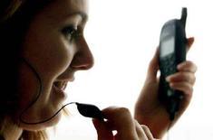 <p>Una ragazza parla al telefono. REUTERS</p>