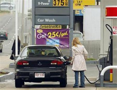 A customer pumps gas at a Shell gas station in Cambridge, Massachusetts, April 29, 2008. REUTERS/Brian Snyder