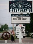<p>L'immagine di un cartello con le congratulazioni per il matrimonio della figlia del presidente Usa George W.Bush, Jenna, a Crawford, in Texas. REUTERS/Larry Downing (UNITED STATES)</p>