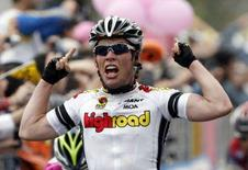 <p>Il britannico Mark Cavendish festeggia la vittoria della quarta tappa del Giro d'Italia. REUTERS/Giampiero Sposito</p>