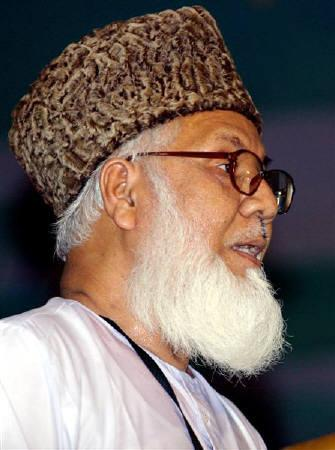 Moulana Matiur Rahman Nizami, chief of Bangladesh's Jamaat-e-Islami,  speaks in Dhaka in this June 3, 2006 file photo. A Bangladesh court issued an order on Thursday to arrest Nizami and five other former ministers on graft charges, officials said on Thursday. REUTERS/Rafiqur Rahman/Files