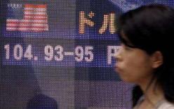 <p>Euro guadagna terreno su dollaro in attesa indice Zew tedesco. REUTERS/Yuriko Nakao</p>