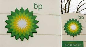 <p>Логотип британской нефтяной компании BP на автозаправочной станции в Гренджмуте, Шотландия, 29 апреля 2008 года. Сотрудники Федеральной службы безопасности (ФСБ) второй раз за последние несколько месяцев наведались в московский офис британской BP в поисках документов, связанных с Газпромом, сказал Рейтер отраслевой источник. (REUTERS/David Moir)</p>