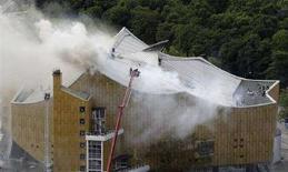 <p>Un'immagine dell'incendio scoppiato nella sede della Filarmonica di Berlino . REUTERS/Hannibal Hanschke (GERMANY)</p>