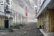 <p>Мужчина готовит завтрак на улице пострадавшего от землетрясения города Вэньчуань 22 мая 2008 года. Число погибших в результате самого мощного землетрясения в Китае за 30 лет достигло 51.151 человек, сообщили официальные лица. (REUTERS/Reinhard Krause)</p>