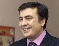 <p>Президент Грузии Михаил Саакашвили отвечает на вопросы журналистов на избирательном участке в Тбилиси, 21 мая 2008 года. Партия президента Грузии Михаила Саакашвили лидирует на прошедших в среду парламентских выборах, свидетельствуют первые официальные итоги голосования, а также опросы избирателей на выходе с участков (exit polls). (REUTERS/Grigory Dukor)</p>