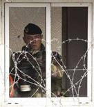 <p>Военнослужащий KFOR на КПП в Митровице 19 марта 2008 года. Национальное собрание Армении одобрило в четверг увеличение вдвое числа армянских миротворцев в Косово до 70 в составе греческого батальона. (REUTERS/Nebojsa Markovic)</p>