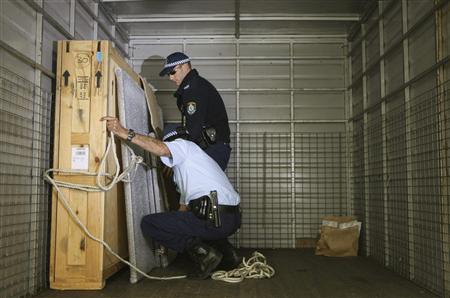 Australian police shut naked child photo exhibit - Reuters