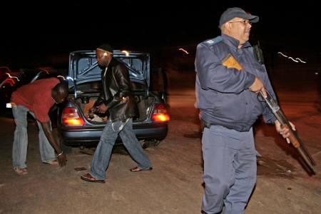 5月23日、ヨハネスブルクを中心に近隣諸国から移住してきた外国人を地元住民らが襲撃する事件が拡大。写真はケープタウンで警備に当たる警察官。22日撮影(2008年 ロイター/Mark Wessels)