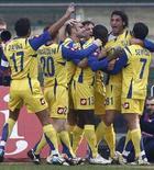 <p>Immagine di un gol festeggiato dai giocatori del Chievo nella scorsa stagione in serie A. REUTERS/Stefano Rellandini (ITALY)</p>