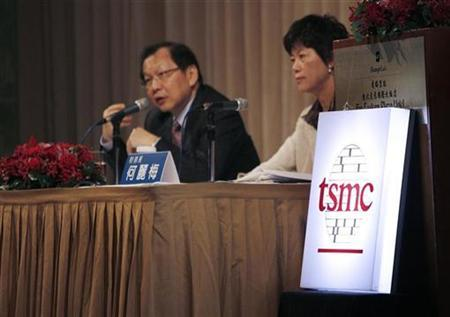 Taiwan Semiconductor Manufacturing Co Ltd (TSMC) Chief Executive Rick Tsai and Chief Financial Officer Lora Ho (R) attend an investor conference in Taipei January 31, 2008. REUTERS/Nicky Loh
