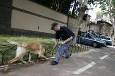<p>Un poliziotto al lavoro. REUTERS/Tony Gentile (ITALY)</p>