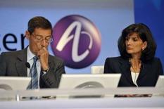 <p>Serge Tchuruk et Patricia Russo, respectivement président et directrice générale d'Alcatel-Lucent, devraient faire face au feu de questions d'actionnaires exaspérés par la division par deux de la valeur de l'action en 2007 et la suspension du dividende. /Photo prise le 30 mai 2008/REUTERS/Philippe Wojazer</p>