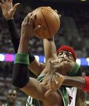 """<p>Игрок """"Бостона"""" Пол Пирс (слева) пытается забросить мяч в корзину """"Детройта"""" 30 мая 2008 года. Чемпионом Восточной конференции Национальной баскетбольной ассоциации стал """"Бостон"""", обыгравший в шестом мачте """"Детройт"""" со счетом 89:81. (REUTERS/Aaron Josefczyk)</p>"""