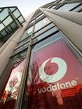 <p>Vodafone est en discussions avec Telkom pour racheter 12,5% de leur coentreprise Vodacom, un opérateur sud-africain de téléphonie mobile. /Photo d'archives/REUTERS/Toshiyuki Aizawa</p>