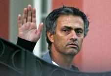 """<p>Бывший тренер английского """"Челси"""" Жозе Моуриньо приветствует журналистов около своего дома в пригороде Лиссабона, 29 ноября 2007 года. Главным тренером итальянского футбольного клуба """"Интер"""" на ближайшие три года станет португальский специалист Жозе Моуриньо, сообщил клуб в понедельник. (REUTERS/Hugo)</p>"""