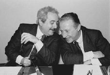 <p>I magistrati Giovanni Falcone e Paolo Borsellino nel celebre scatto di Tony Gentile. REUTERS/HO</p>