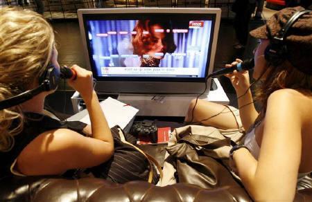 6月3日、豪消費者団体の調査で、家庭の電気代節約にはゲーム機やプラズマテレビの電源を切ることが最も効果的と判明。写真は昨年8月、ドイツのゲーム関連イベントの会場で(2008年 ロイター/Arnd Wiegmann)