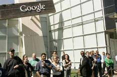 <p>Dipendenti di Google fuori dalla sede della società a Mountain View, California, il 22 maggio 2008. REUTERS/Robert Galbraith</p>