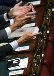 <p>Alcuni parlamentari in aula alla Camera in un'immagine di archivio. REUTERS/Alessandro Bianchi</p>
