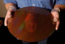 <p>Un wafer con centinaia di microprocessori in uno stabilimento di Ibm. REUTERS/Chip East</p>