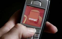 <p>Orange annonce le lancement d'une offre permettant de télécharger jusqu'à 500 morceaux de musique par mois issus des quatre principales maisons de disque, poursuivant ainsi sa stratégie de développement dans les contenus. /Photo d'archives/REUTERS/Phil Noble</p>