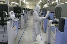 <p>Un operaio lavora ad una linea di assemblaggio di microchip. REUTERS/Lee Jae-Won (SOUTH KOREA)</p>