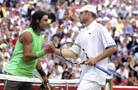 Spain's Rafael Nadal(L) shakes hands with Andy Roddick of the U.S. after their semifinal at the Artois tennis championships at Queen's Club in west London June 14, 2008.     ACTION IMAGES/Jason O'Brien VIA REUTERS
