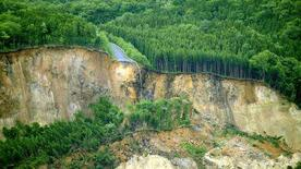<p>Una veduta aerea di una strada distrutta dal sisma che ieri ha colpito il Nord del Giappone. REUTERS/KYODO (JAPAN).</p>