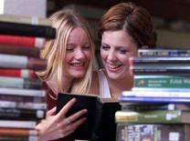 <p>Due studentesse sui libri. REUTERS</p>