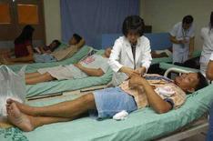 <p>Врачи оказывают помощь людям, пострадавшим пассажирам парома MV Princess of Stars, в Маниле 23 июня 2008 года. По меньшей мере 155 человек были убиты мощным тайфуном Феншень, который в субботу обрушился на Филиппины, сообщил глава местного Красного Креста Ричард Гордон. (REUTERS/Stringer)</p>