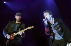 <p>Chris Martin (a destra) e Jonny Buckland dei Coldplay durante un concerto a Barcellona lo scorso 17 giugno. REUTERS/Albert Gea</p>
