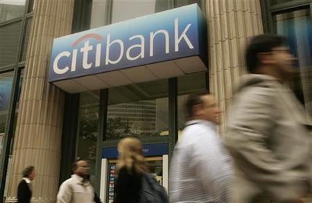 Pedestrians walk past a Citibank branch in San Francisco, June 23, 2008. REUTERS/Robert Galbraith