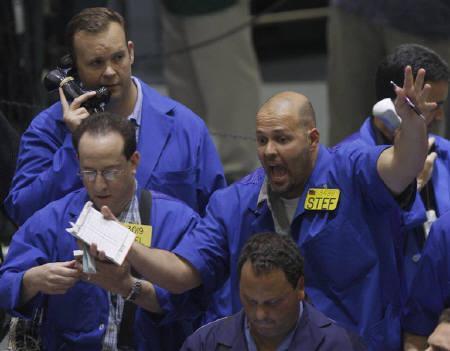 6月27日、米原油先物が最高値更新。写真はニューヨーク・マーカンタイル取引所のトレーダー。6日撮影(2008年 ロイター/Joshua Lott)