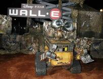 """<p>Il robottino """"Wall-E"""" protagonista dell'ultimo film dela Pixar, alla prima a Los Angeles. REUTERS/Fred Prouser</p>"""