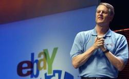 <p>John Donahoe, directeur général d'eBay. Le site d'enchères en ligne a été condamné par le tribunal de commerce de Paris à verser 38,6 millions d'euros au groupe LVMH pour diffusion de produits contrefaits et distribution de parfums. /Photo prise le 20 juin 2008/REUTERS/Frank Polich</p>