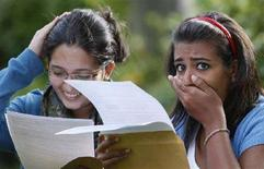 <p>Studenti inglesi ricevono i risultati degli esami REUTERS/Phil Noble</p>