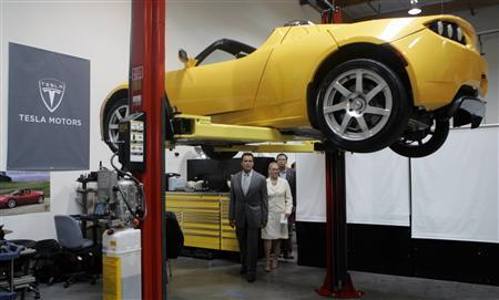 California Governor Arnold Schwarzenegger and the state's Secretary of Labor, Vickie Bradshaw, look over a Tesla Roadster in San Carlos, California June 30, 2008. REUTERS/Robert Galbraith