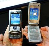 <p>Due telefonini multimediali Nokia REUTERS/Albert Gea</p>