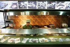 """<p>Повар готовит в закусочной """"Плюшки и пушки"""" в Бейруте 27 июня 2008 года. В Бейруте открылась закусочная под названием """"Плюшки и пушки"""", где любой желающий может заказать себе сэндвич с говорящим за себя названием """"Калашников"""" и съесть его под ненавязчиво звучащие в качестве фона разрывы артиллерийских снарядов. (REUTERS/ Cynthia Karam)</p>"""
