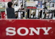 <p>Selon Stan Glasgow, patron de la branche américaine de Sony, le groupe nippon ne constate pas ou très peu de signes de fléchissement dans ses ventes de télévisions numériques, d'appareils photo ou d'ordinateurs aux Etats-Unis malgré le ralentissement de l'économie. /Photo d'archives/REUTERS/Yuriko Nakao</p>
