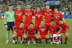 <p>Сборная России по футболу позирует для фотографов перед началом полуфинального матча ЕВРО-2008 с командой Испании, Вена 26 июня 2008 года. Сборная России по футболу поднялась на 13 позиций в рейтинге национальных команд, определяемом ФИФА, достигнув 11-го места, благодаря успешному выступлению на чемпионате Европы 2008 года. (REUTERS/Robert Zolles)</p>